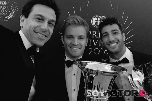 Nico Rosberg con Toto Wolff y Daniel Ricciardo en la ceremonia de la FIA - LAF1