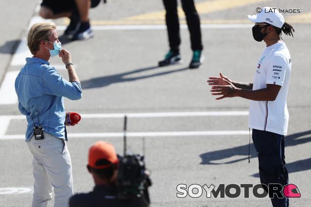 Mensaje a Rosberg: Hamilton explica por qué no se defendió mejor de Verstappen - SoyMotor.com