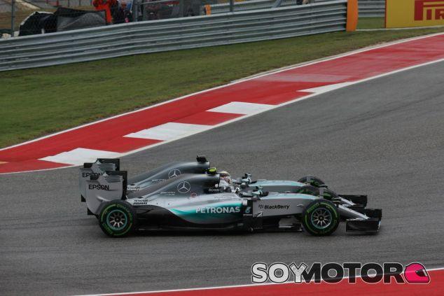 El momento de la discordia: los Mercedes chocan ruedas y Rosberg sale perjudicado - LaF1