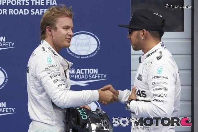 Rosberg y Hamilton saludándose tras la clasificación del GP de Austria - LaF1