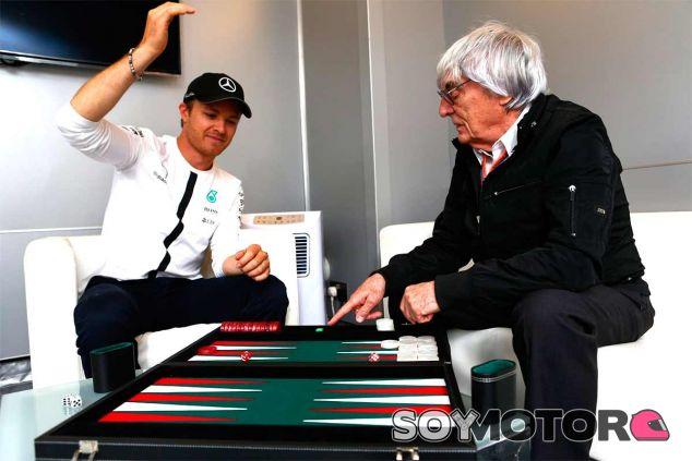 Nico Rosberg y Bernie Ecclestone durante la entrevista a F1.com - LaF1