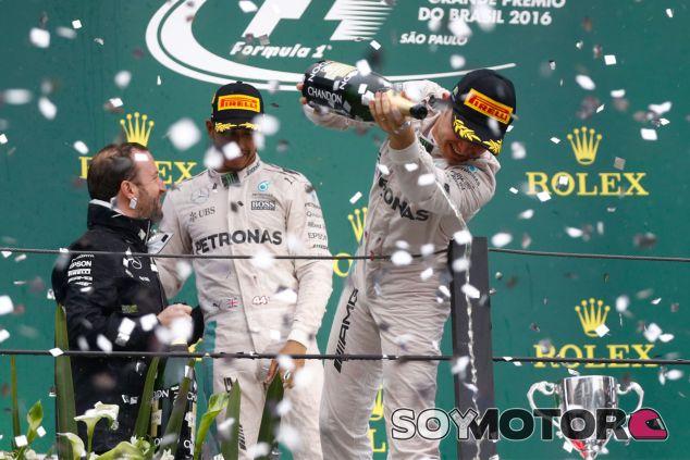 Nico Rosberg y Lewis Hamilton en el podio de Brasil - LaF1
