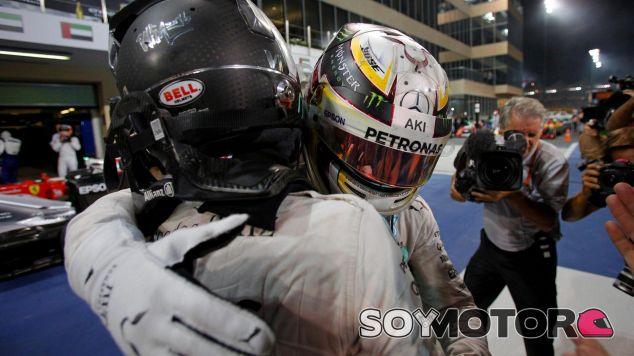Hamilton felicitó a Rosberg al bajarse del coche - SoyMotor