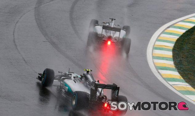 Hamilton y Rosberg, durante la carrera en Brasil - LaF1