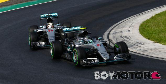 Rosberg y Hamilton durante un GP esta temporada - LaF1