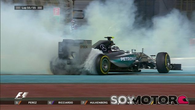 Nico Rosberg celebra su victoria en el Yas Marina - Laf1