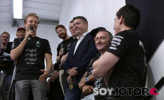 Nico Rosberg en las celebraciones del triplete de Mercedes - LaF1