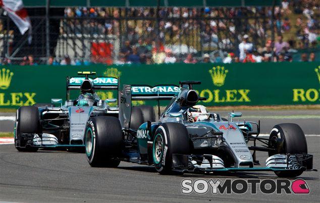 Nico Rosberg persigue a Lewis Hamilton durante el Gran Premio de Gran Bretaña - LaF1