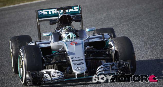 Rosberg durante una carrera esta temporada - SoyMotor