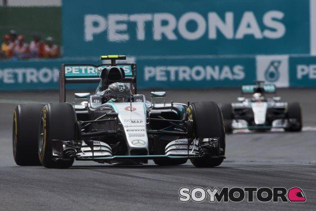 Que Rosberg y Hamilton decidieran sus propias estrategias sería bueno para el show, según Coulthard - LaF1