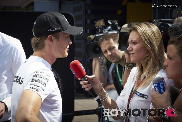 Nico Rosberg hablando con la prensa - LaF1