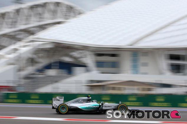 Rosberg logró en Sochi su tercera Pole de la temporada sorprendiendo a Hamilton - LaF1