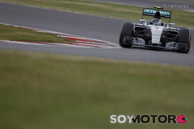 Nico Rosberg con el Mercedes en Silverstone - LaF1