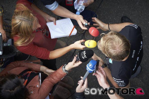 Nico Rosberg atendiendo a la prensa en Spa - LaF1