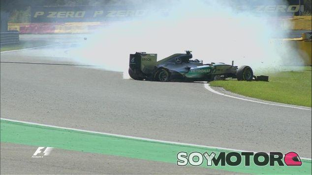 Momento en el que a Rosberg se le revienta un neumático trasero, ¡vaya susto! - LaF1