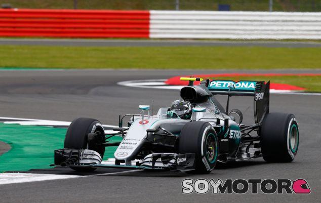 Rosberg durante el Gran Premio de Gran Bretaña en 2016 - SoyMotor