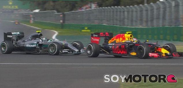 Verstappen, instantes después de tocar a Nico Rosberg - LaF1
