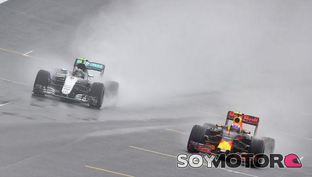 Rosberg y Verstappen en la recta de meta de Interlagos - LaF1