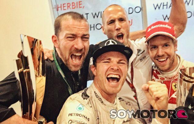 Rosberg y Vettel junto a dos miembros de Mercedes tras la carrera de Abu Dabi - LaF1