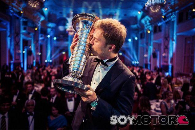 Nico Rosberg con el trofeo de campeón del mundo - LaF1