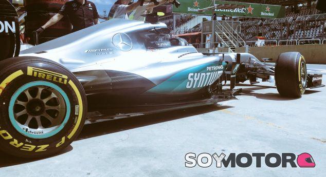 Rosberg, saliendo del box durante los libres en Brasil - LaF1