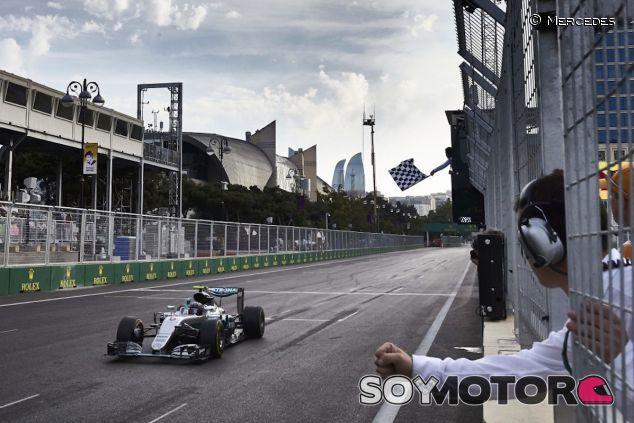 Nico Rosberg cruza la meta como ganador en Bakú - LaF1