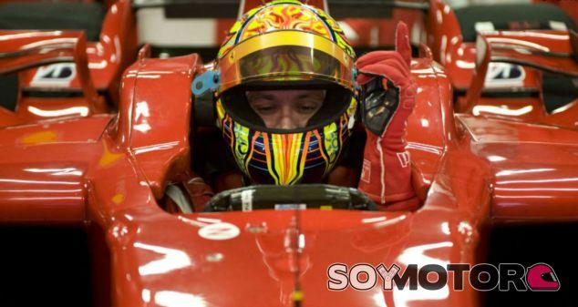 Rossi subido a un Ferrari durante la temporada 2010 - SoyMotor