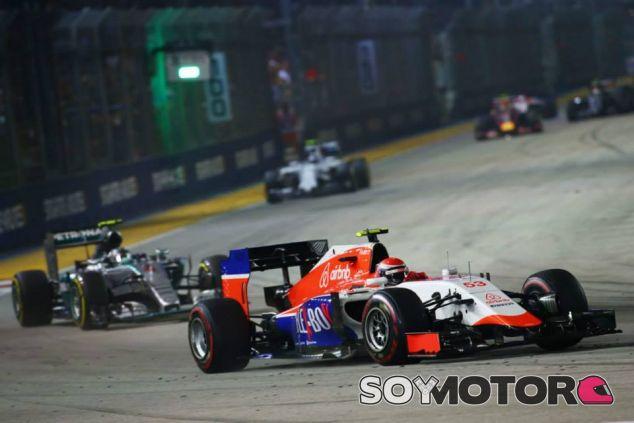Alexander Rossi por delante de Nico Rosberg durante la carrera del GP de Singapur - LaF1