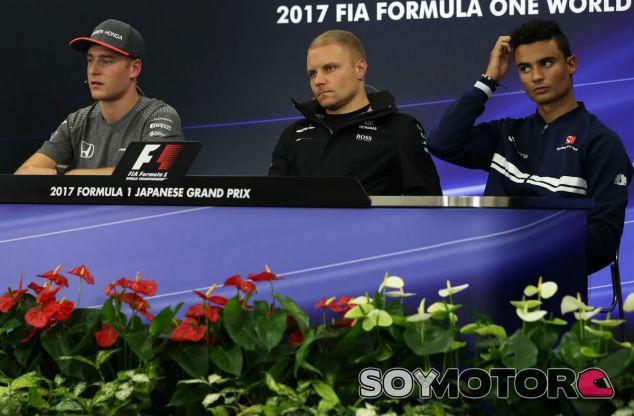 Vandoorne, Bottas y Wehrlein durante la conferencia de prensa - SoyMotor.com