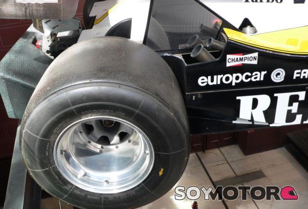 Así de anchas eran las ruedas del Renault RE40 de Prost - LaF1