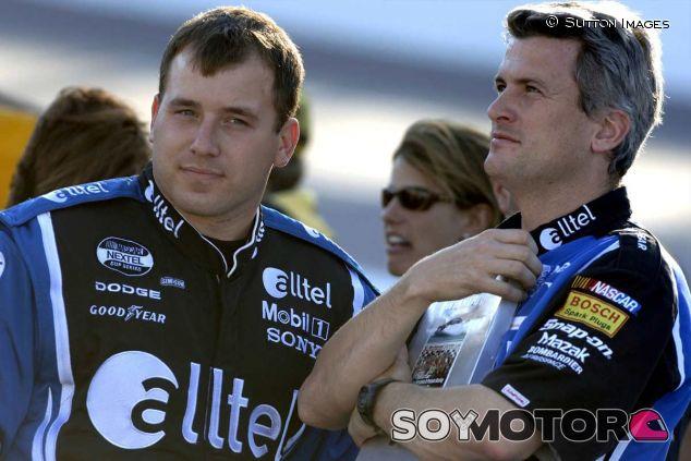 Matt Borland (derecha) junto a Ryan Newman (izquierda) en una fotografía de archivo de 2005 - LaF1