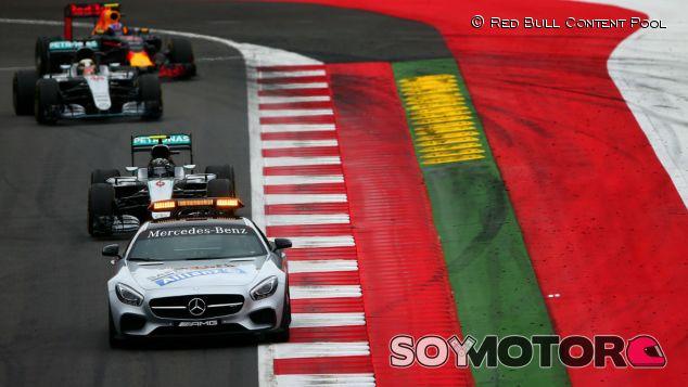 Safety Car liderando la cola de coches durante un GP - LaF1