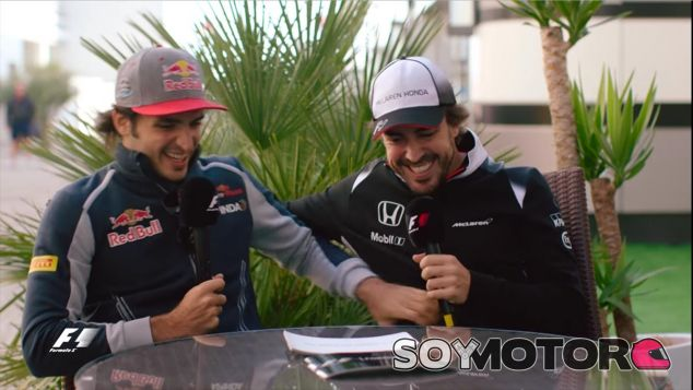 Alonso bromea con Sainz durante el vídeo - LaF1