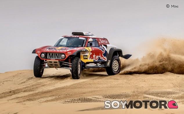 Sainz, segundo en la Baja Sharqiya con un ojo en el Dakar - SoyMotor.com