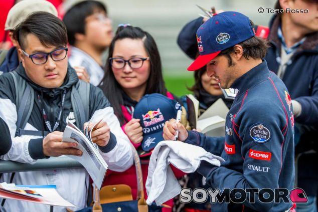 Carlos Sainz firmando autógrafos a aficionados chinos - LaF1