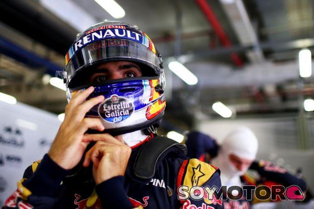 Carlos Sainz poniéndose el casco para salir a la acción en Shanghái - LaF1