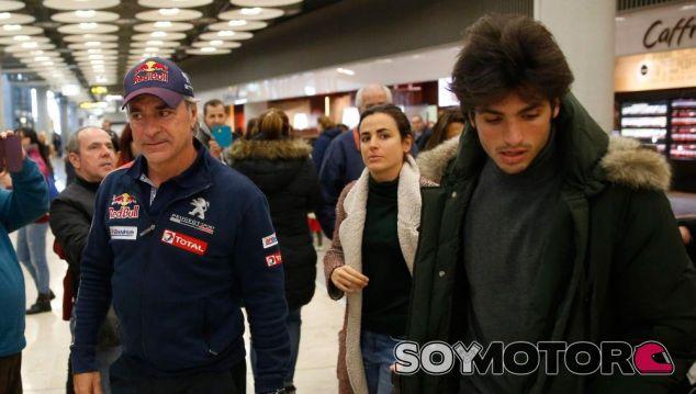 Carlos Sainz Sr a su llegada a España, recibido por Jr y la familia - SoyMotor
