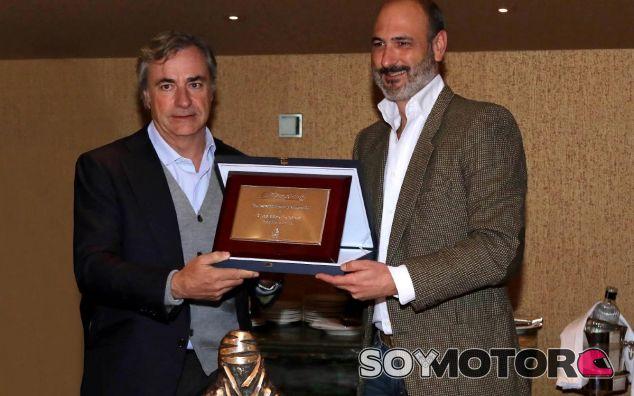 Carlos Sainz y Isaac Ortega, director comercial de Michelin España y Portugal - SoyMotor