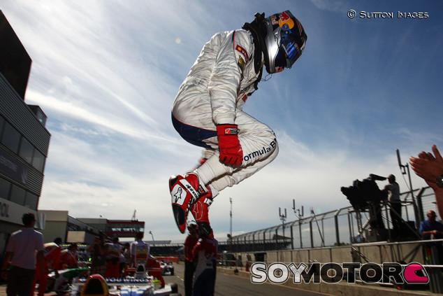 Carlos Sainz o la locura de saltar de coche a coche sin caerte - SoyMotor.com
