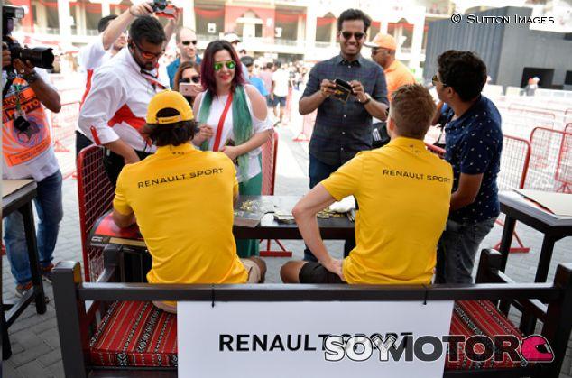 Carlos Sainz y Nico Hülkenberg con aficionados en Baréin - SoyMotor.com