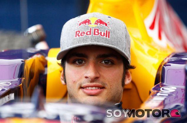 Sainz Jr. sentado en el Red Bull - LaF1.es