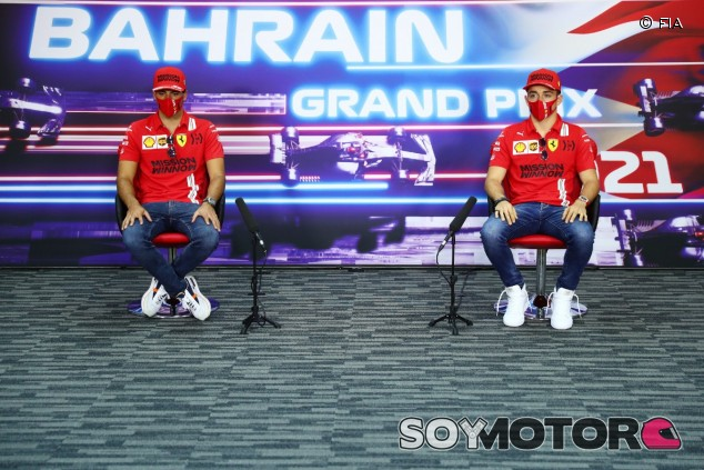 Sainz y Leclerc en rueda de prensa en Baréin - SoyMotor.com