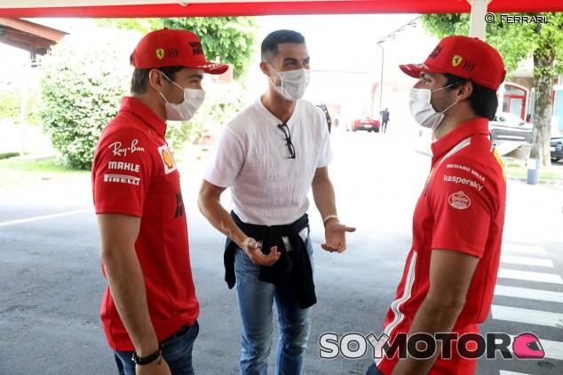 Vídeo: Sainz, Leclerc y Cristiano Ronaldo se divierten en Fiorano con tres Ferrari - SoyMotor.com