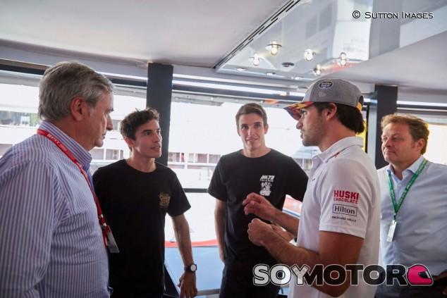 Carlos Sainz padre e hijo conversan con Marc y Álex Márquez - SoyMotor.com