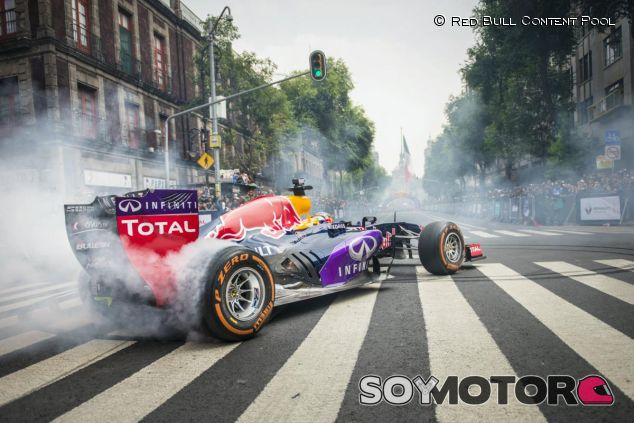 Carlos Sainz quemando goma ante el público mexicano del DF - LaF1