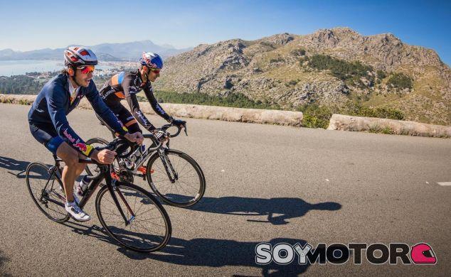 Sainz y el triatleta Mario Mola entrenan juntos en Mallorca - LaF1.es