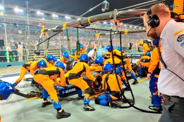 Los mecánicos levantaron a pulso el McLaren de Sainz en la primera parada - SoyMotor.com