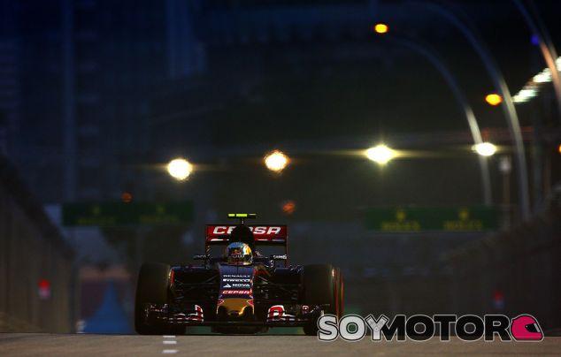 Carlos Sainz en la noche de Singapur - laF1