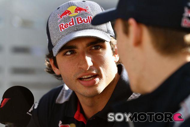 Carlos Sainz habla con Daniil Kvyat en Australia - SoyMotor