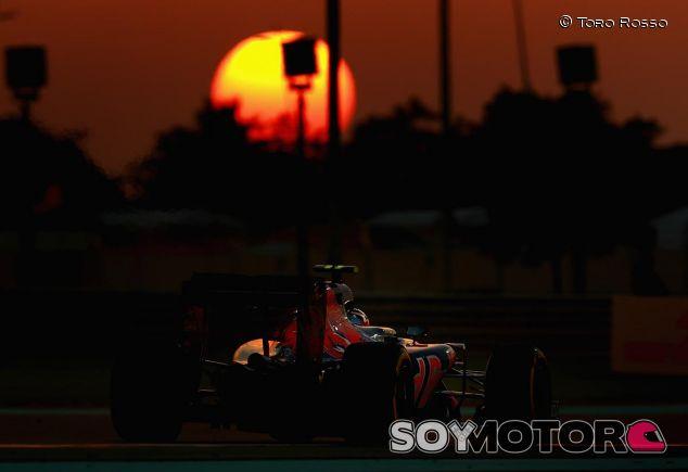 Carlos Sainz en el crepúsculo de Abu Dabi - SoyMotor